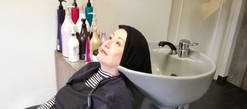 bij de wastafel beautybybabs powermix behandeling