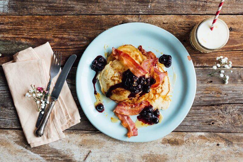 Pancakes met bacon, blauwe bessencompote en frisse shake