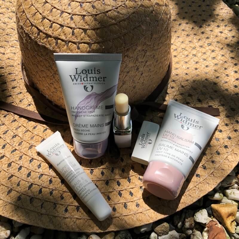 Hands Up & Love your Lips… Hoogwaardige dermatologische verzorging, voeding én UV-bescherming voor de tere huid van de handen en lippen tijdens de zomermaanden. 3 lippenbalsam Hands Up & Love your Lips… Hoogwaardige dermatologische verzorging, voeding én UV-bescherming voor de tere huid van de handen en lippen tijdens de zomermaanden.